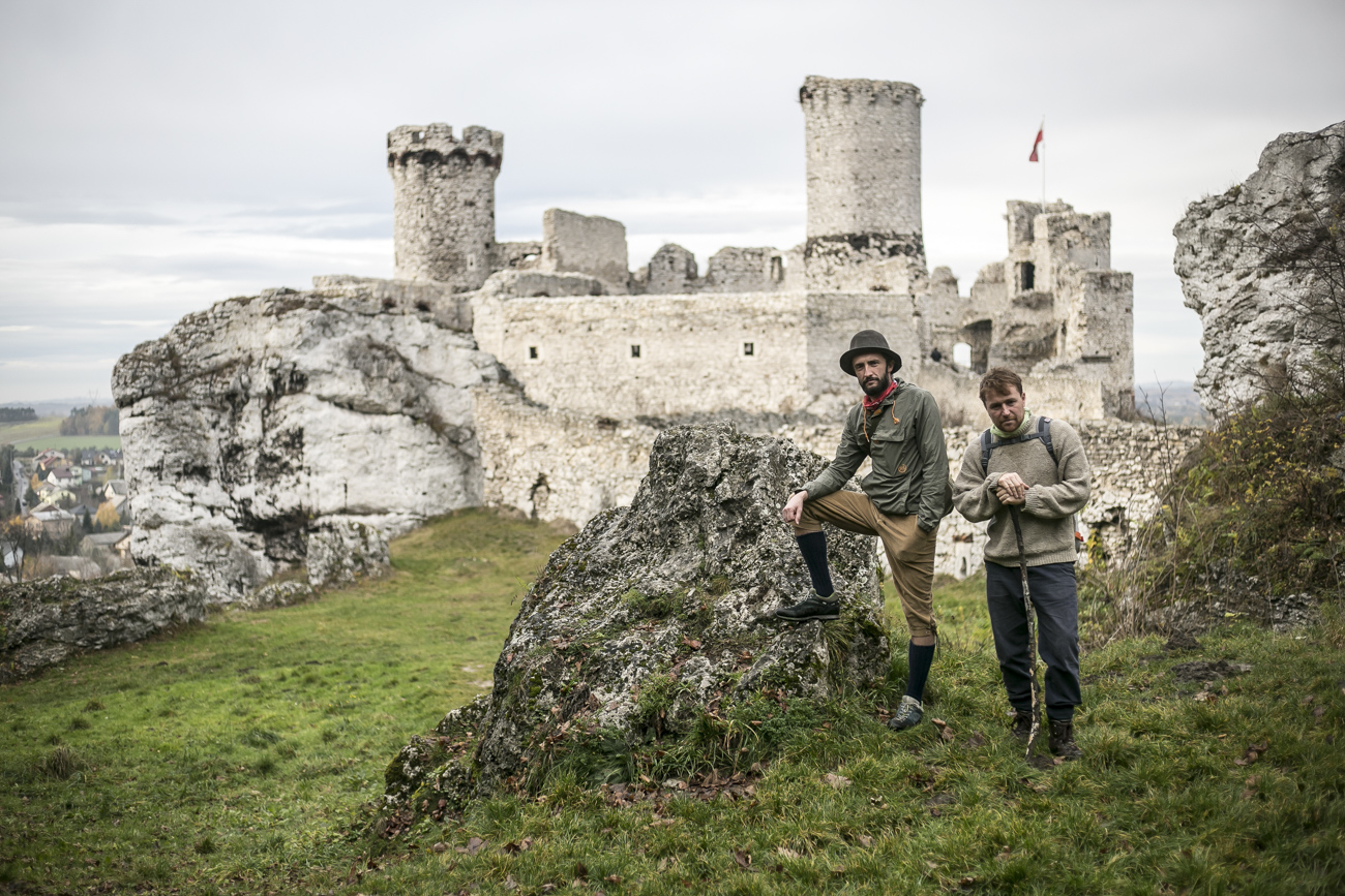 Zdjęcie dwóch podróżników na tle zamku w Ogrodzieńcu